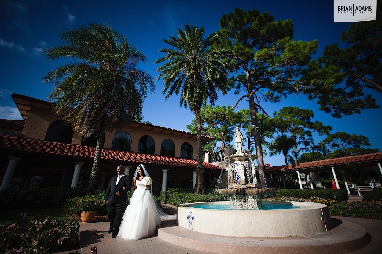 Bride and groom next to vintage fountain in Plaza de la Fontana