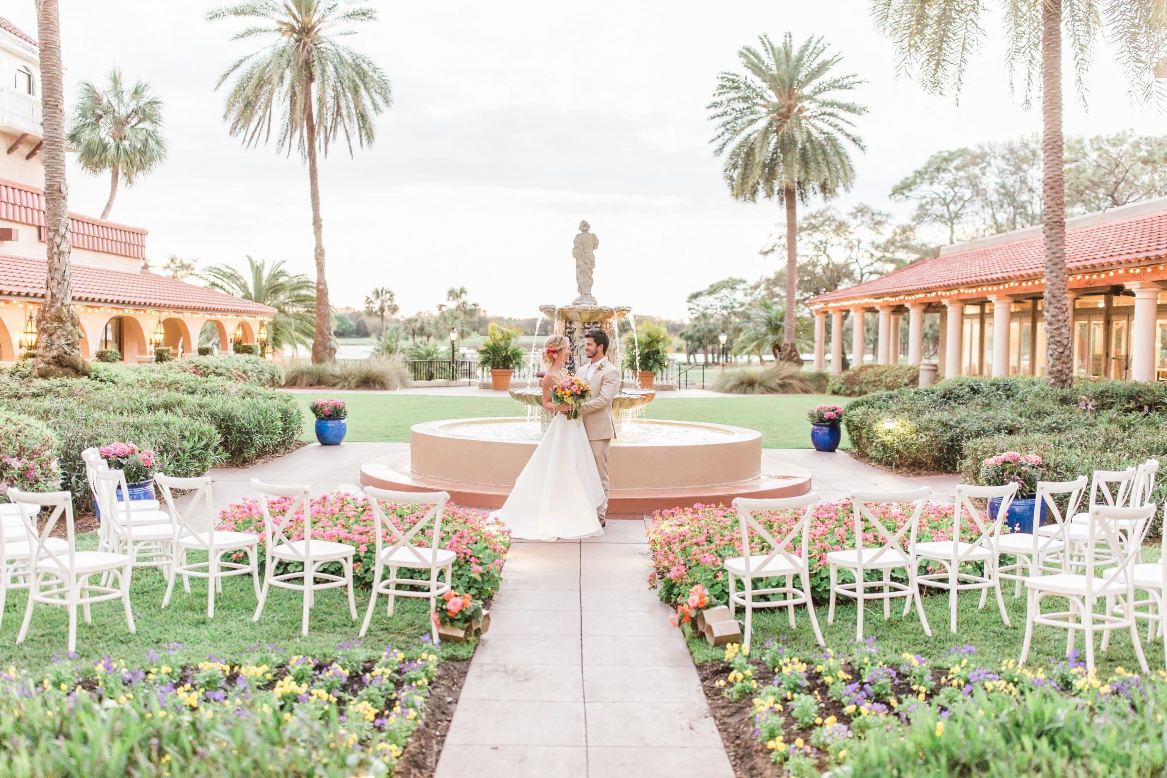 Portrait Plaza de la Fontana - bride and groom next to fountain