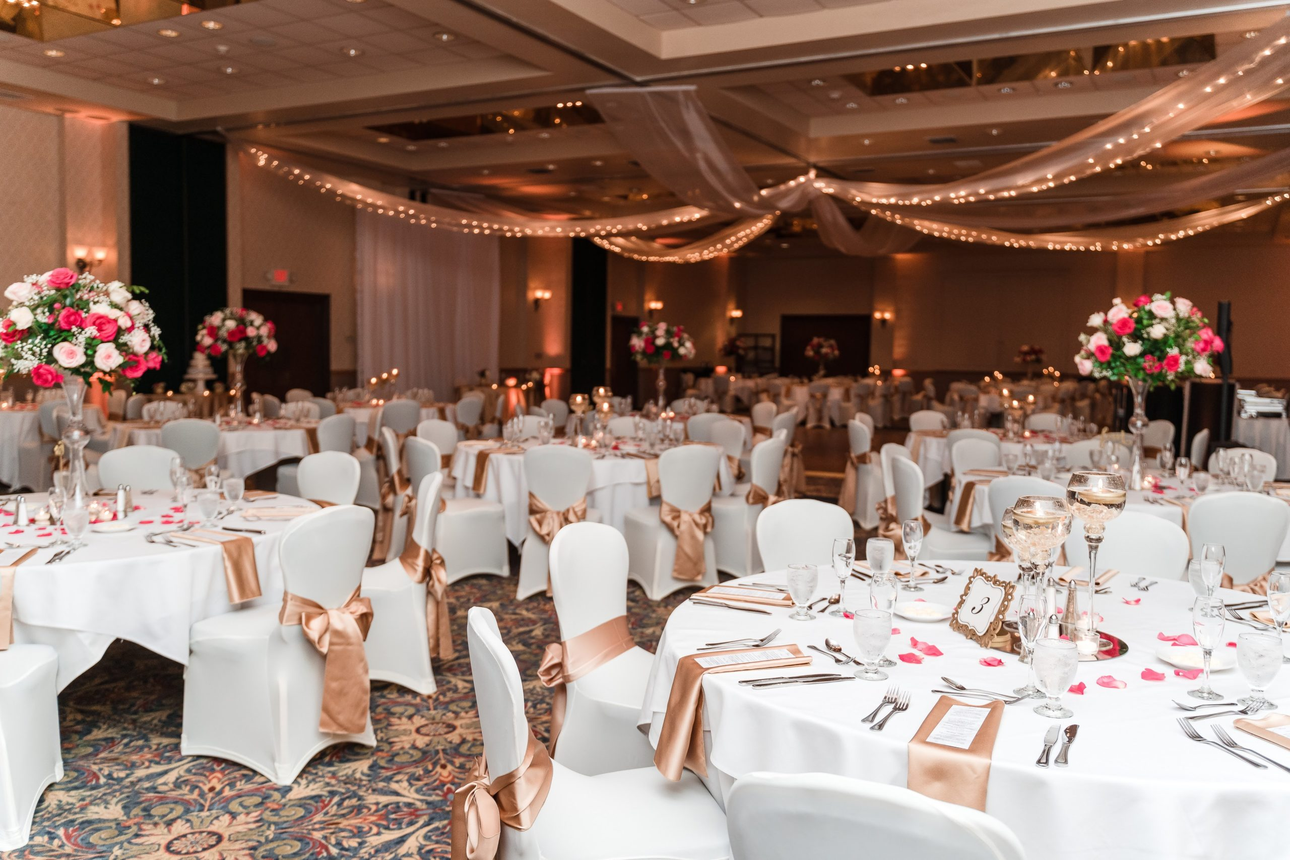orlando ballroom wedding with gold and white linen